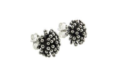 Zilveren oorsteker met knopje van kleine zilveren bolletjes
