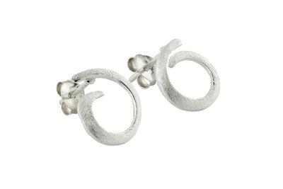 Zilveren oorsteker van opengewerkte zilveren lus/krul