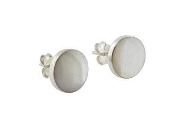 Zilveren oorsteker met knopje van parelmoer schelp