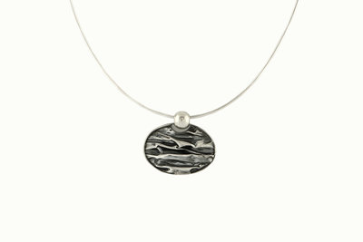 zilveren ketting met ovale hanger van gekreukt zilver
